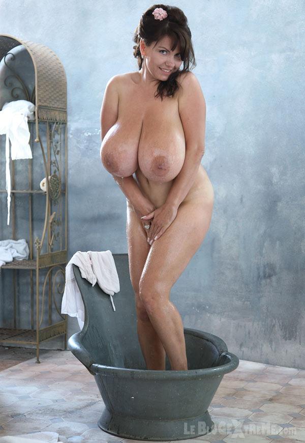 Milena Velba a des seins énormes!